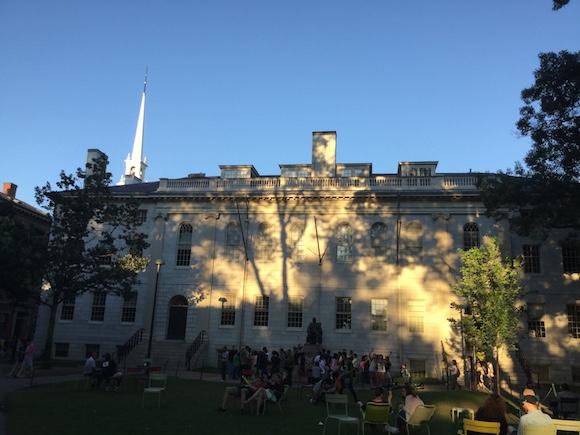 Imagen del campus de Harvard. Al fondo, la estatua de John Harvard, clérigo inglés que se trasladó a Estados Unidos y dio nombre a la Universidad. Foto: Cubadebate