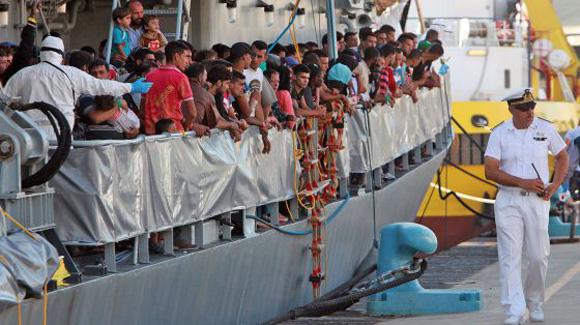 Inmigrantes se preparan para desembarcar en Sicilia, a final de julio. Foto: Giovanni Isolino / AFP.