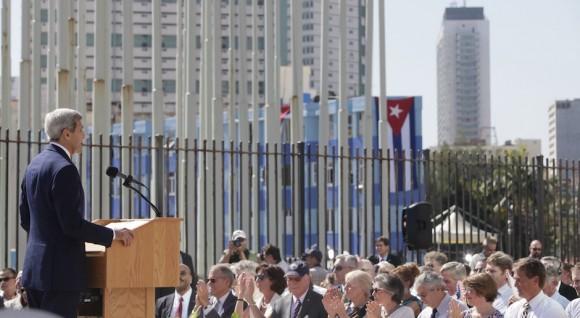 John Kerry en la ceremonia oficial de izamiento de la bandera de EEUU en la Embajada en La Habana. Foto: Ismael Francisoc/ Cubadebate