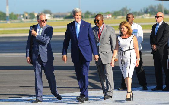John Kerry, Secretario de Estado de los Estados Unidos de América, a su arribo al Aeropuerto Internacional José Martí, en La Habana, Cuba. Foto: AFP.