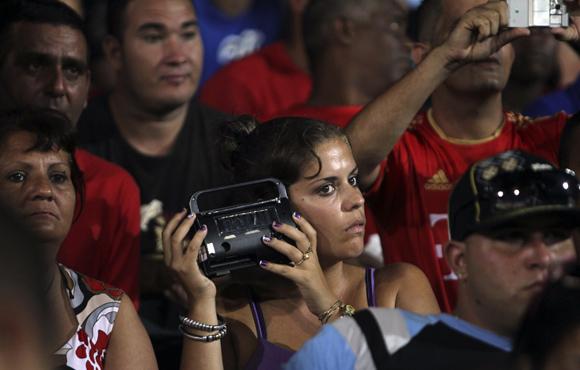 Cubana en el Latino, disfrutando de un juego de béisbol. Foto: Ismael Francisco/ Cubadebate