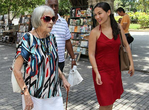 Marta Valdés, una joya de la música popular cubana, junto a su sobrina nieta Lena. Foto: Ismael Francisco/ Cubadebate