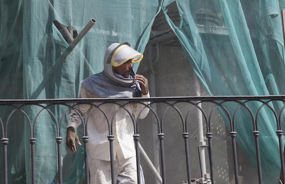 Obrero en las obras de restauración del antiguo Seminario de San Carlos y San Ambrosio, en La Habana. Foto: Ismael Francisco/ Cubadebate
