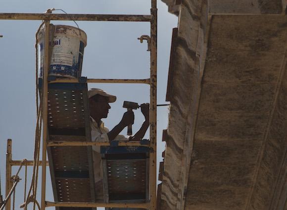 Obrero trabajando en el frontón del antiguo Seminario de San Carlos y San Ambrosio, de La Habana. Foto: Ismael Francisco/ Cubadebate