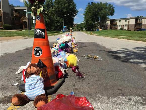 Muñecos, peluches y globos en el lugar donde murió Michael Brown en la calle Canfield de Ferguson, Misuri (EE.UU.). Foto: EFE