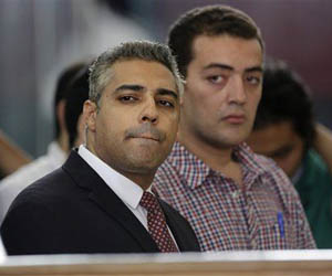 En esta imagen de archivo, tomada el 4 de junio de 2015, el periodista canadiense de Al Jazeera en inglés Mohammed Fahmy (izquierda) y su compañero Baher Mohammed durante un momento de una vista en la prisión de Tora en El Cairo, Egipto. Foto: Amr Nabil / AP.