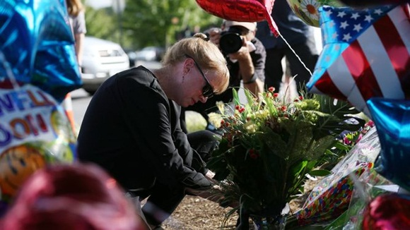 Flores, velas y mensajes en memoria de los dos periodistas asesinados en Roanoke, Virginia (EEUU), el 26 de agosto de 2015.