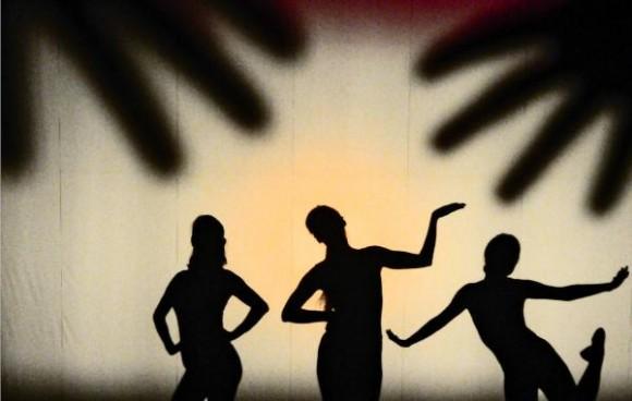 Pieza de Teatro Mudo; ¡Que levante la mano quien quiera divertirse!, durante la presentación del Teatro de Sombras Kageboushi, de Japón, realizada en la Sala Covarrubias, del Teatro Nacional de Cuba, en La Habana, el 5 de agosto del 2015. AIN FOTO/Oriol de la Cruz ATENCIO/rrcc