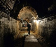 Un equipo de periodistas entra en instalaciones de uno de los túneles cercanos al legendario tren nazi en Polonia.