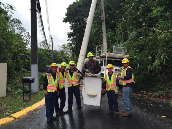 En contraste, todos los días descubro otro Puerto Rico.Trabajadores de la Energía Eléctrica y la UTIER, restauran zonas dañadas al paso de la Tormenta Erika.