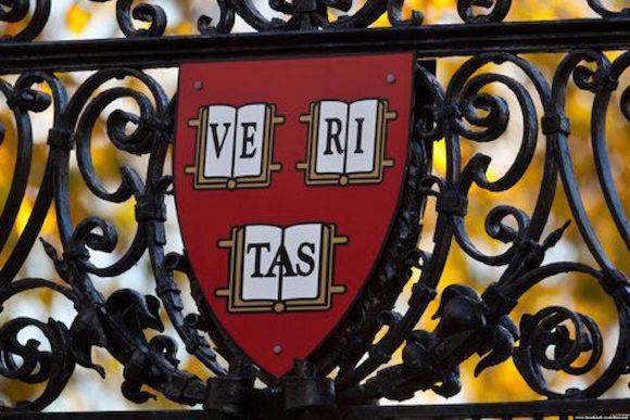 El escudo de Harvard.
