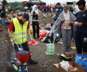 Un voluntario prepara comida en un centro para refugiados cerca de Roszke, Hungría, el viernes. Funcionarios de la Unión Europea y grupos de derechos humanos han mostrado su decepción por la animosidad contra los solicitantes de asilo en países de antiguas dictaduras comunistas que hace apenas unas décadas generaron oleadas de migrantes. Foto: AP