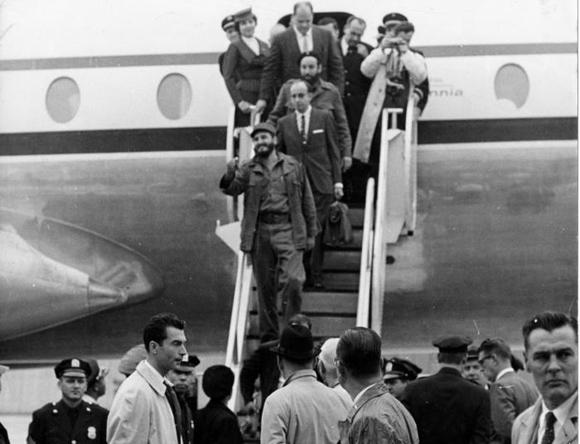 Fidel desciende la escalerilla del avión en aerpuerto internacional Idlewild, en Nueva York. Foto: Alberto Korda