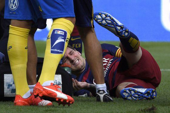 Messi se duele de la rodilla izquierda. / LLUIS GENE (AFP)