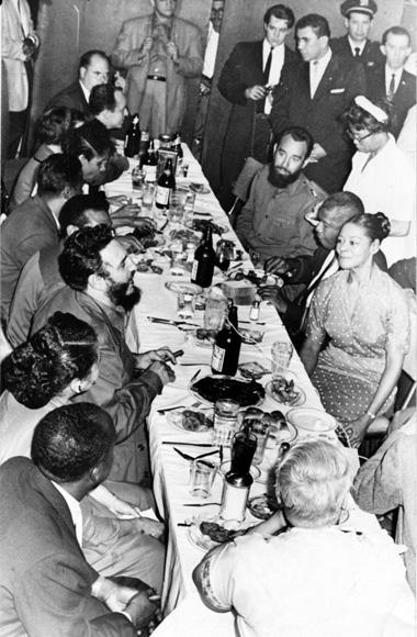 Fidel Castro acompañado por Juan Almeida, Celia Sánchez y otros miembros de la delegación cubana, bajan al comedor de los trabajadores del hotel Theresa. Foto: Alberto Korda