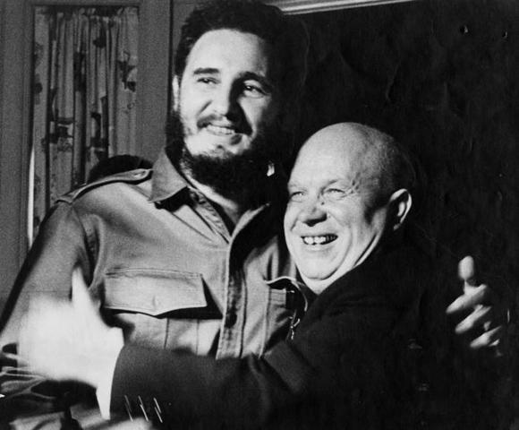 """""""He venido a rendir homenaje la hombre heroico que derrocó al tirano Fulgencio Batista"""", dijo con admiración el Primer Ministro de la URSS, Nikita Jruschov al abrazar a Fidel en su habitación del hotel Theresa. Foto: Alberto Korda"""