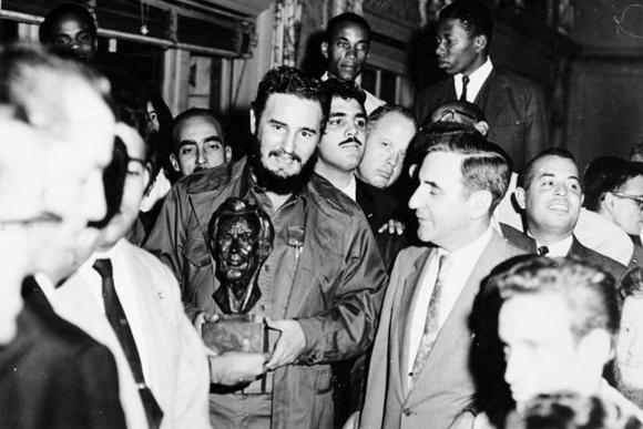 Integrantes del comité Pro Justo Trato para Cuba, reunidos en el salón principal del hotel Theresa, le entregaron a Fidel un busto de Abraham Lincoln. Foto: Alberto Korda