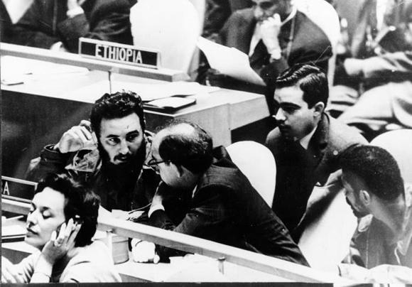 Fidel Castro junto al canciller Raúl Roa durante la intevención que ofrece Nikita Jruschov, primer ministro de la URSS. Foto: Alberto Korda.
