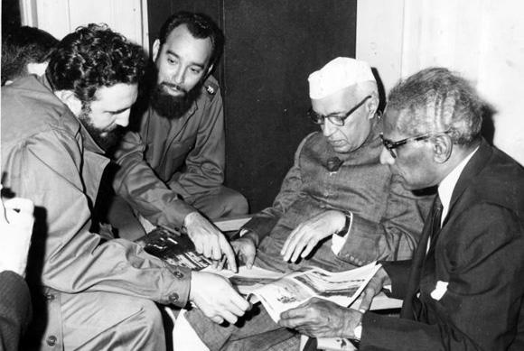 25 El primer ministro de la India, Jawaharlal Nehru sostuvo una cordial entrevista con Fidel en el hotel Theresa, en Harlem, a donde llegó pasadas las 6 de la tarde junto con el canciller V. Krishna Menon. Foto Prensa Latina
