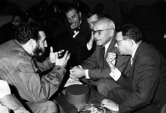 Fidel Castro conversa con el primer ministro de Polonia Wadislaw Gomulka, durante un breve encuentro en el XV Periodo de Sesiones de la ONU, en Nueva York. Foto: Prensa Latina