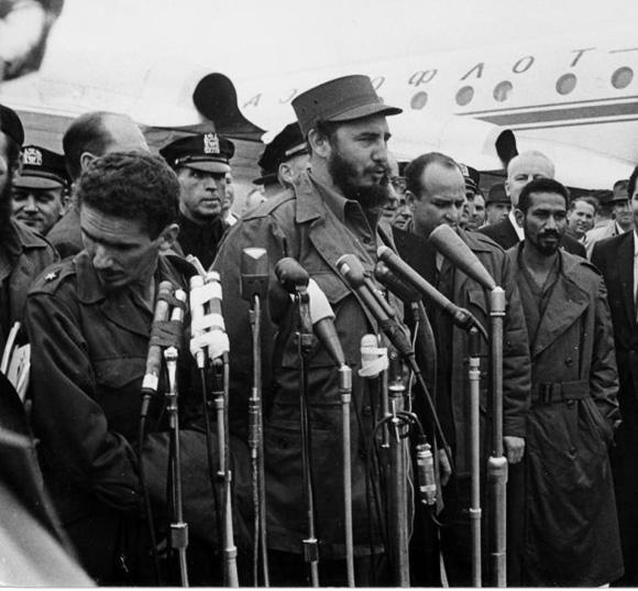 Momentos antes de abordar el avión de la linea aerea AEROFLOT que el gobierno de la URSS facilitó a Cuba, Fidel Castro ofrece unas breves declaraciones de despedida. Foto: Alberto Korda