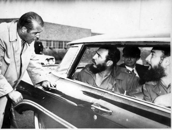Un agente de seguridad trata de impedir que Fidel salude a la multitud que lo ve pasar. Foto: UPI