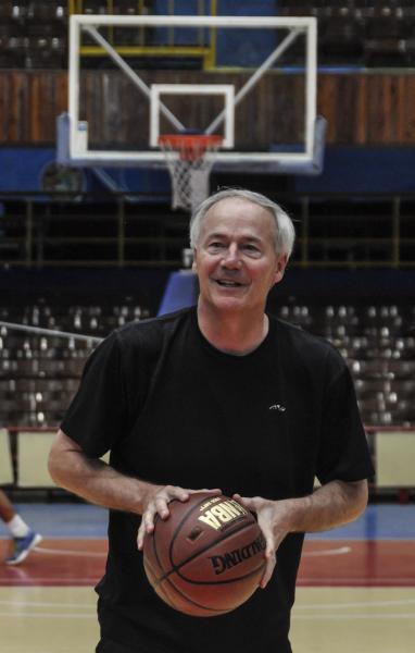 Asa Hutchinson, gobernador de Arkansas durante un juego amistoso con el equipo Capitalinos de baloncesto, en el Coliseo de la Ciudad Deportiva en La Habana, el 29 de septiembre de 2015. AIN FOTO/Marcelino VAZQUEZ HERNANDEZ/rrcc