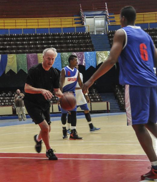 Asa Hutchinson (I), gobernador de Arkansas durante un juego amistoso con el equipo Capitalinos de baloncesto, en el Coliseo de la Ciudad Deportiva en La Habana, el 29 de septiembre de 2015. AIN FOTO/Marcelino VAZQUEZ HERNANDEZ