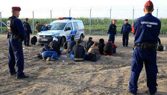 Arresto de refugiados después de haber cruzado la frontera en Röszke. Foto: Reuters