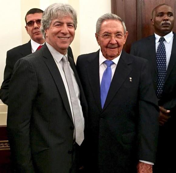 Bob Schwartz, productor televisivo y coordinador junto al ex Fiscal General Ramsey Clarke de nuemorsas acciones de solidaridad con Cuba. Junto a Raúl Castro en Nueva York, 27 de septiembre de 2015. Foto tomada de su cuenta de Facebook.