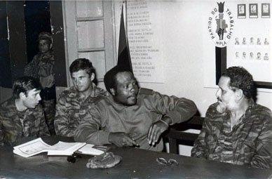 Junto a un Comandante angolano y un asesor militar soviético durante el conflicto en Angola