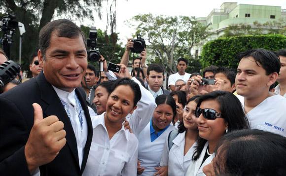 Correa con estudiantes de medicina ecuatorianos formados en Cuba. Foto: EFE (Archivo)
