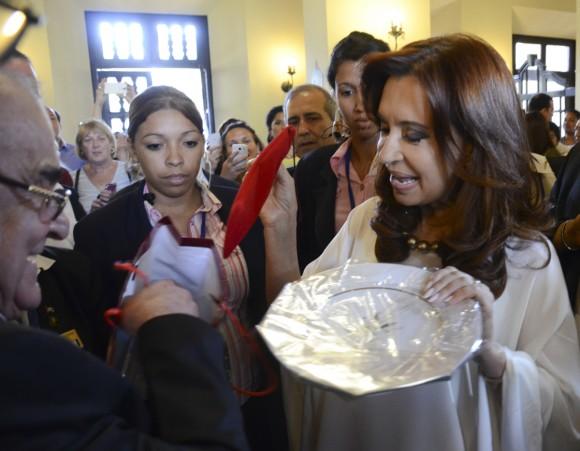 La Presidenta argentina Cristina Fernández  recibe un obsequio del Hotel Nacional de manos de Antonio Martínez, Director General de la instalación hotelera. Foto: Kaloian Santos Cabrera / Cubadebate