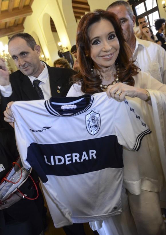 Cristina muestra obequio recibido en le lobby del Hotel Nacional de Cuba. Kaloian Santos Cabrera / Cubadebate