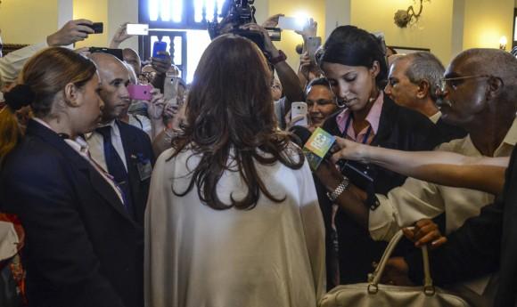 La Presidenta argentina Cristina Fernández dirige breves palabras a trabajadores del Hotel Nacional y reporteros presentes en el lobby del Hotel. Foto: Kaloian Santos Cabrera / Cubadebate
