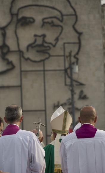 Camino a ofrecer la Santa Misa. Foto: Ismael Francisco/ Cubadebate.
