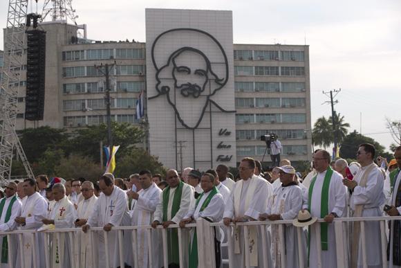 Los fieles escuchan la Santa Misa. Foto: Ismael Francisco/ Cubadebate.