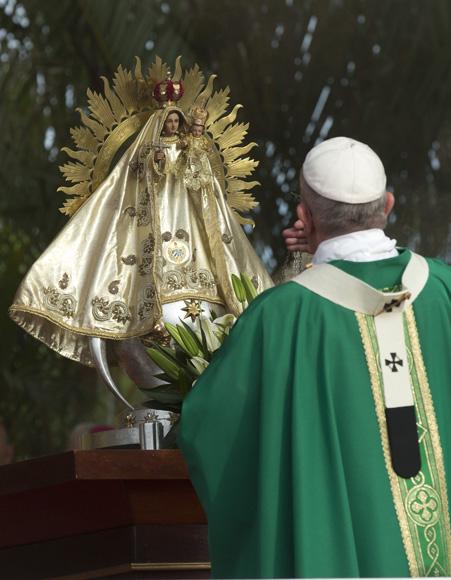 La Virgen de la Caridad, patrona de Cuba, en el altar de la Santa Misa que ofreció el Papa Francisco en La Habana. Foto: Ismael Francisco/ Cubadebate.