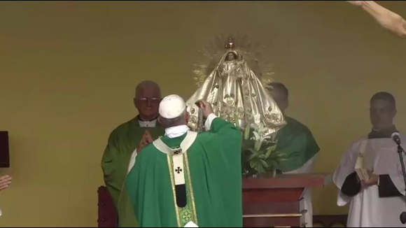 El Papa Francisco bendice el altar donde se encuentra la imagen de la patrona de Cuba.