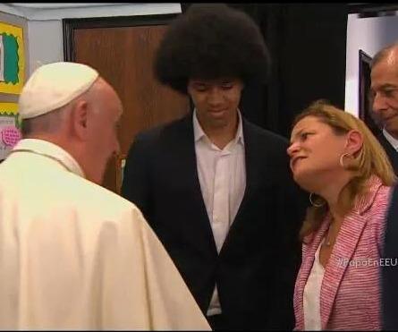 El Papa Francisco recibe la bienvenida en Harlem y la pintura hecha por el prisionero político Oscar López Rivera. A la derecha en la foto la presidenta del Concejo Municipal de Nueva York, Melissa Mark-Viverito. (Foto tomada de la TV)