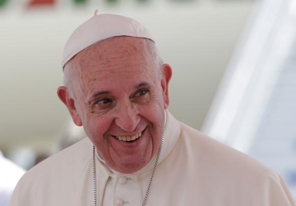 El Papa Francisco se va sanriente de Cuba. Foto: Ismael Francisco / Cubadebate
