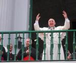 El Papa Francisco bendice a la Ciudad de Santiago de Cuba desde el balcón de la catedral santiaguera. Foto: AIN / Yaciel Peña de la Peña.