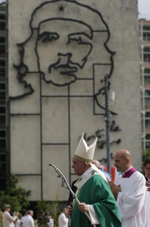 Dos argentinos en la Plaza de la Revolución. Foto: Ismael Francisco / Cubadebate