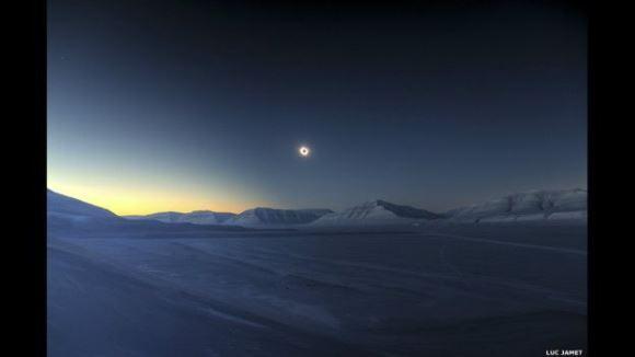 El ganador absoluto entre todas las categorías fue el fotógrafo francés Luc Jamet, quien tomó esta fotografía de un eclipse solar el 20 de marzo de 2015, visto desde Svalbard, Noruega.