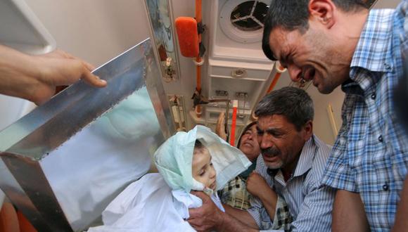 El padre de Aylan Kurdi, Abdullah, despide al pequeño en su llegada a Kobane. Foto: Reuters