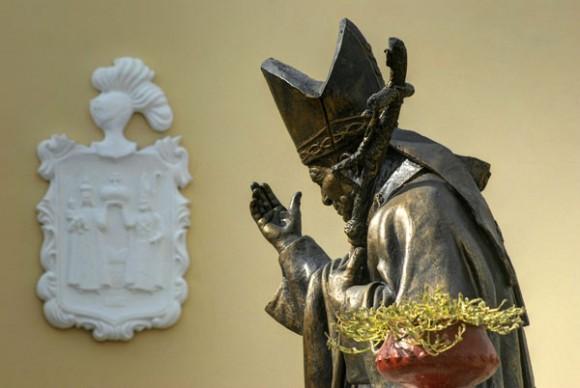 Escultura de Juan Pablo II en el atrio derecho de la Catedral de San Isidoro de Holguín. Foto: AIN