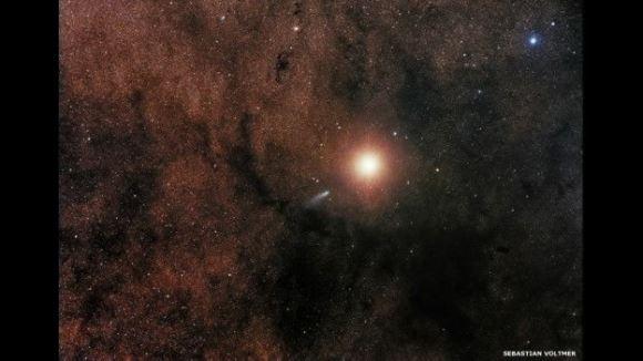 Esta imagen de Sebastian Voltmer, presenta un encuentro relativamente cercano entre el cometa C2013 A1 y Marte.
