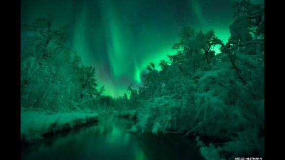 Esta imagen fue tomada en Skanland, Noruega, por Arild Heitmann. El fotógrafo pasó más de dos horas sumergido en este río con temperaturas que rondaban los -15º grados.