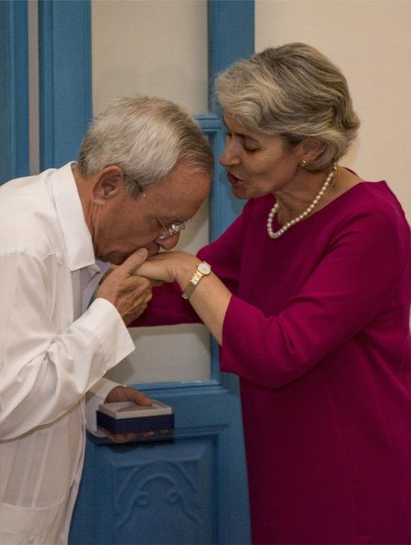 Eusebio Leal agradeció a Irina Bokova su extraordinaria generosidad. Foto: Christian Erland y Jorge Laserna.