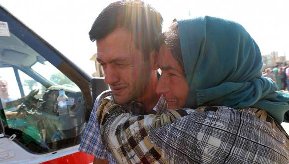Familiar de Abdullah lo consuela. Foto: Reuters